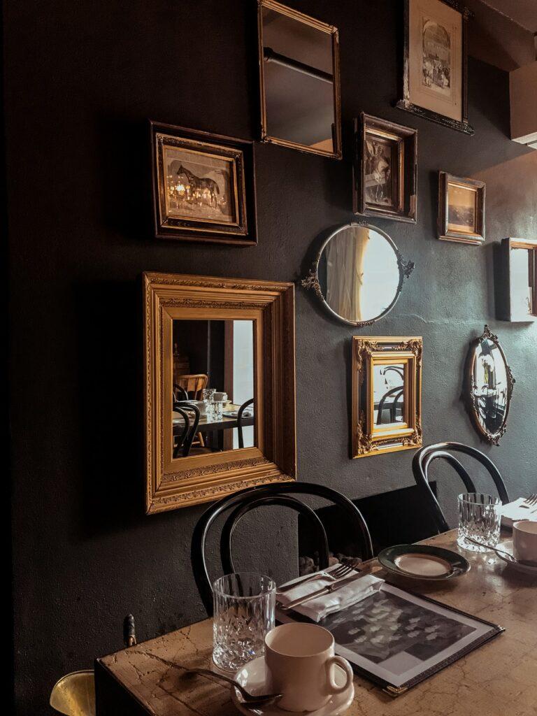 Comedor con espejos decorativos