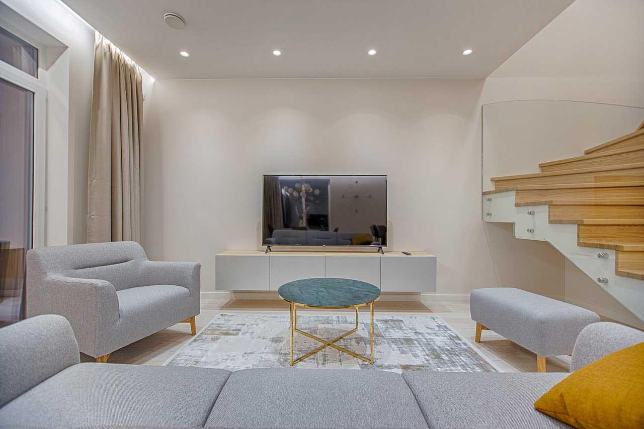 Sala de estar decorada en colores neutros